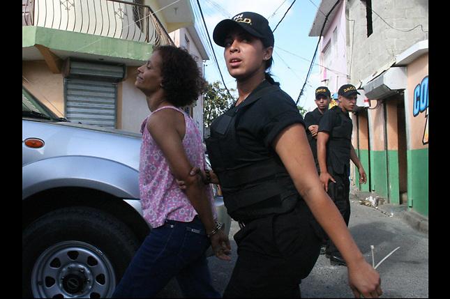 Raisa apresando a una drogadicta. Foto: Franklin Guerrero/Especial para Acento.com.do