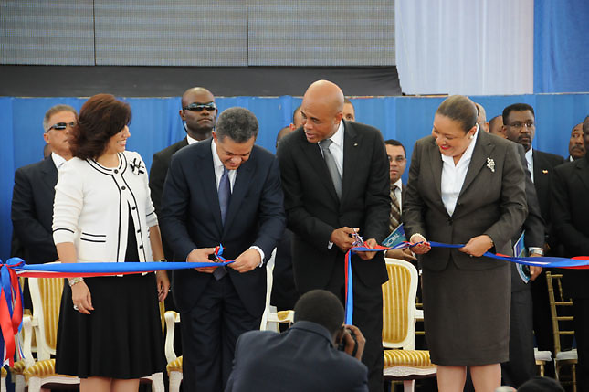 Margarita Cedeño, entonces primera dama dominicana, presidente Leonel Fernández Reyna (dominicano), presidente Michel Martelly (haitiano) y su esposa Sophia Martelly. Enero 2012