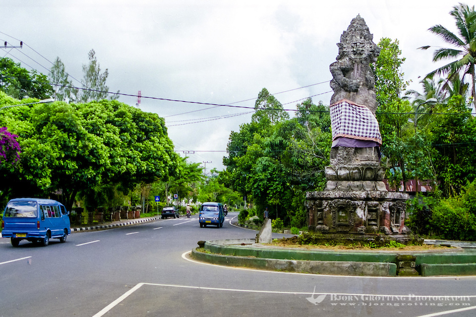 Bali, Bangli. Tidy, clean streets close to Bangli center. A huge statue is raised in the roundabout. (Photo Bjorn Grotting)