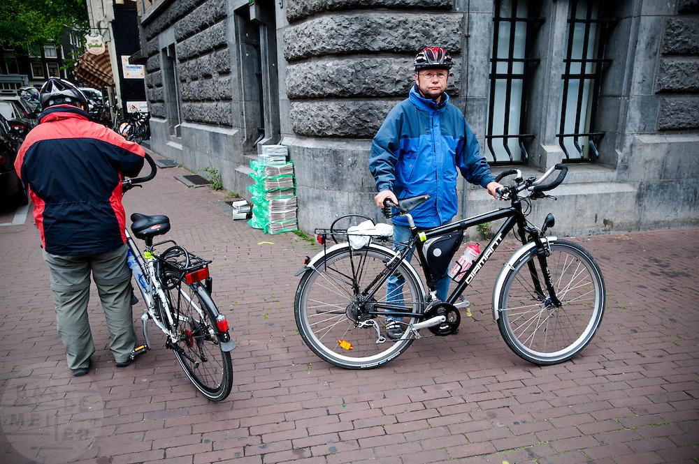 Twee toeristen met hun fiets (Bas de Meijer)