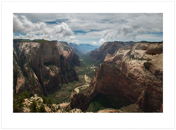 View from Observation Point - Zion National Park, Utah, U.S.A. (Ian Mylam/© Ian Mylam (www.ianmylam.com))