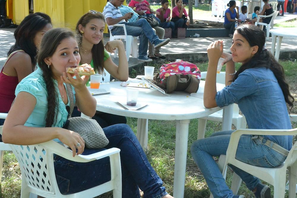 Las jovencitas disfrutan una pizza