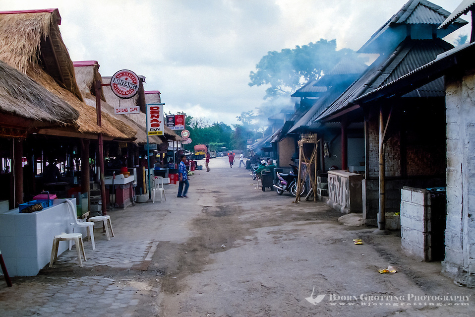 Bali, Badung, Jimbaran. The seafood is grilled over coconut husks, the smoke can be very irritating! The entrances is to the left where you can pick the food and bargain for a good price. (Photo Bjorn Grotting)