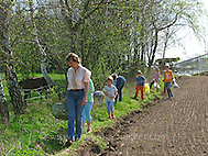 Kräuter im Frühjahr sammeln für Kräutersuppe und Wildgemüse - Salat, Wildkräuter, Familie, Kräutersammeln (Frank Hecker)