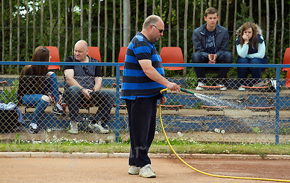 17 MAY 2015 - IPSWICH, GBR - Bryan Harvey, the Ipswich Cycle Speedway Club Track Manager waters the track during the Elite League cycle speedway fixture between Ipswich Eagles and Horspath Hammers at Whitton Sports and Community Centre in Ipswich, Suffolk, Great Britain (PHOTO COPYRIGHT © 2015 NIGEL FARROW, ALL RIGHTS RESERVED) (NIGEL FARROW/COPYRIGHT © 2015 NIGEL FARROW : www.nigelfarrow.com)