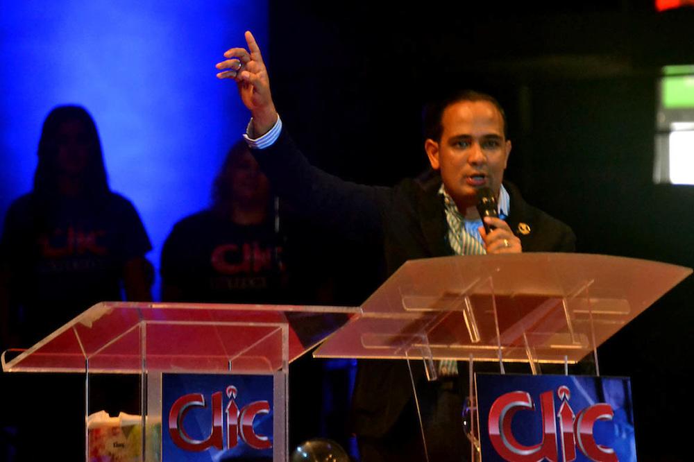 """El predicador que se presenta como """"apóstol"""" Yasser Rivas"""