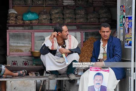 Торговцы сидят в одной из лавок на рынке города Сана. (Dmitry Chulov)