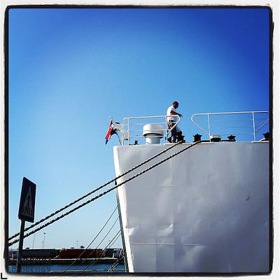 Schiffsarbeiter auf Faehrschiff, Schiff an Mole angelegt, Split, Kroatien (dieter schewig)