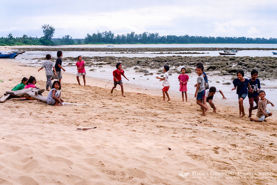 Kalimantan, Tanjung Datu. Small village close to the Malaysian border. Children playing on the beach. (Bjorn Grotting)