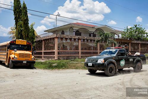 Las calles de Reparto Lempira, al sureste de San Pedro Sula, lucen desiertas después de que pandilleros del Barrio 18 enviaron un mensaje exigiendo a los habitantes que abandonaran sus hogares. Pocas personas caminan en las calles, aún con la presencia de la Policía Militar. (Prometeo Lucero) (Prometeo Lucero)