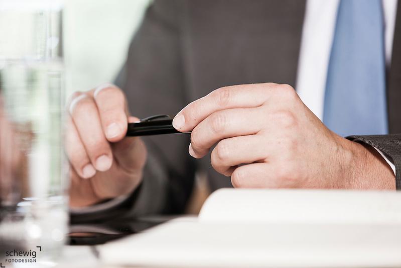 Österreich, Geschäftsmann, Hände mit Kugelschreiber, Notizbuch, Wasserglas, Nahaufnahme (dieter schewig)