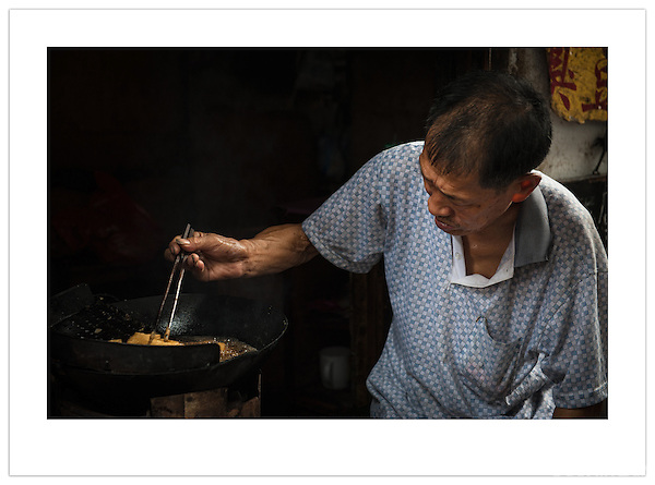A street vendor prepares food in a wok, Xitang, Zhejiang, China (Ian Mylam/ Ian Mylam (www.ianmylam.com))
