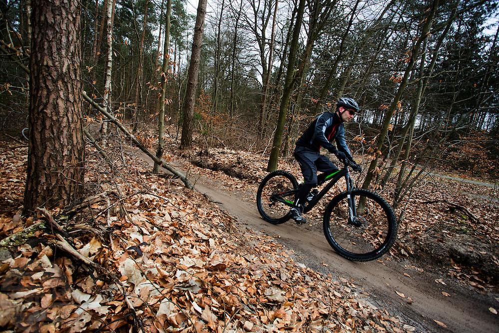 Bij Zeist fietsen mountainbikers over het speciaal aangelegde mountainbike parcours.