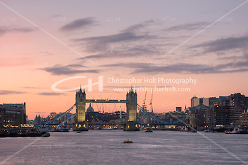 tower bridge seen at sunset in january 2010 with light cloud and pink back drop (Christopher Holt LTD London UK/Image by Christopher Holt - www.christopherholt.com)