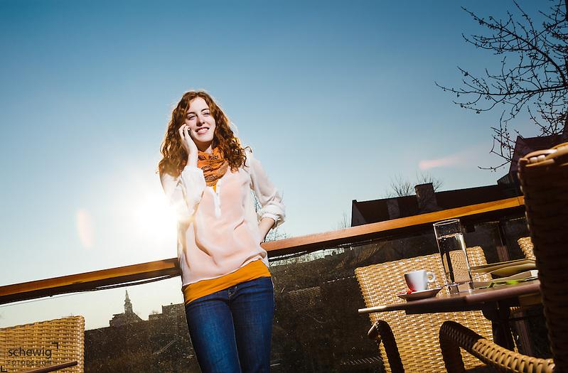 Creative Workplace, junge Frau, kreativ, telefonierend, Arbeiten außerhalb des Büros, Kaffeepause, Terrasse, Restaurant, Österreich, Horn (dieter schewig)