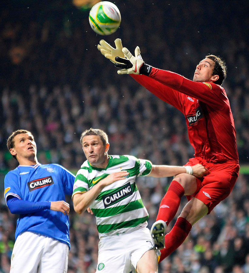 4TH MAT 2010, CELTIC V RANGERS, CELTIC PARK, GLASGOW, NEIL ALEXANDER CATCHES BALL OUT THE AIR AS ROBBIE KEANE GRAPPLES WITH HIM, ROB CASEY PHOTOGRAPHY. (ROB CASEY/ROB CASEY PHOTOGRAPHY)