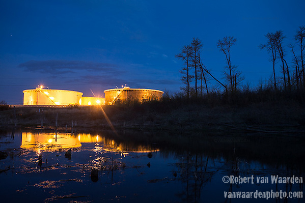 The Hardisty Tank terminal at night. (Robert van Waarden)