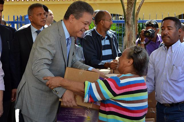 Leonel continúa entregas de dádivas navideñas, esta vez sin líos