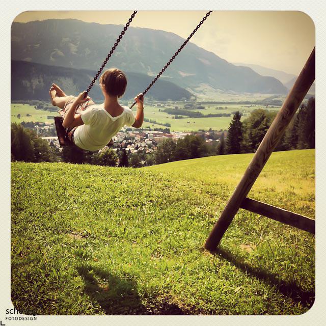 Schaukelndes Mädchen, Liezen, Ennstal, Steiermark, Österreich (dieter schewig)