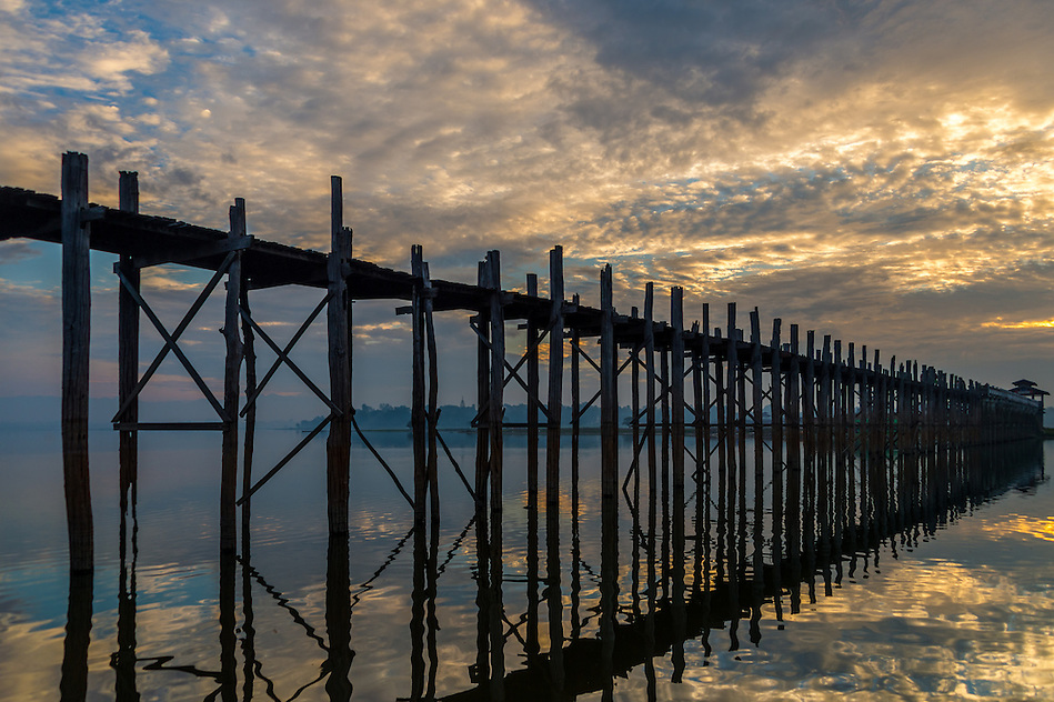 Sunrise in the U Bein Bridge in Amarpura in the Mandalay Region in Myanmar (Daniel Korzeniewski)