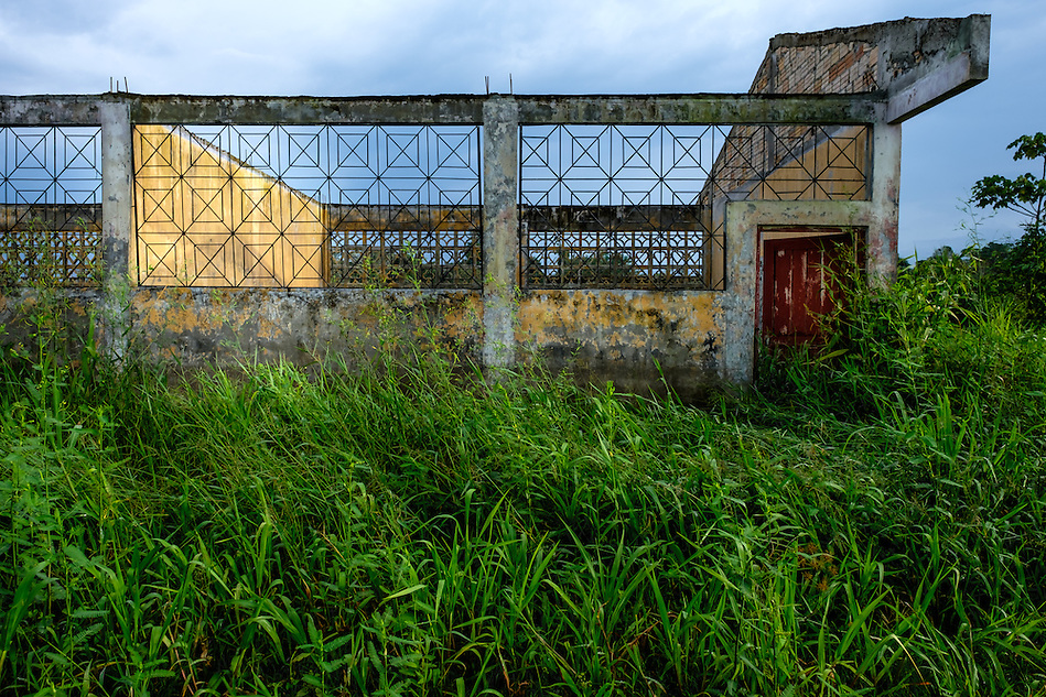 LORETO, PERU - CIRCA OCTOBER 2015: Abandoned building around the Yarapa river. Village of Puerto Miguel in the Peruvian Amazon. (Daniel Korzeniewski)