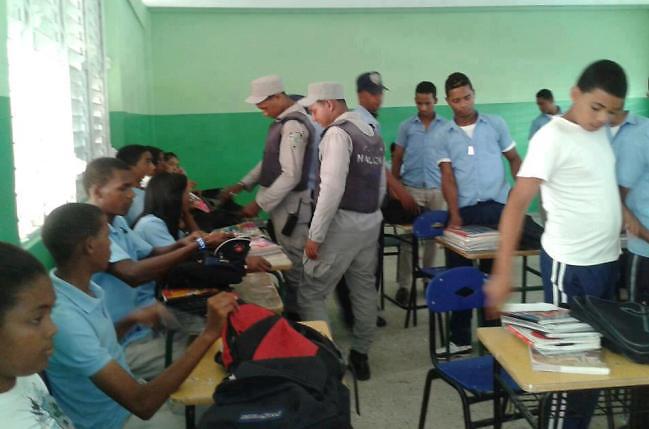 """Agentes de la Policía irrumpen en un salón de clase en """"busca de"""
