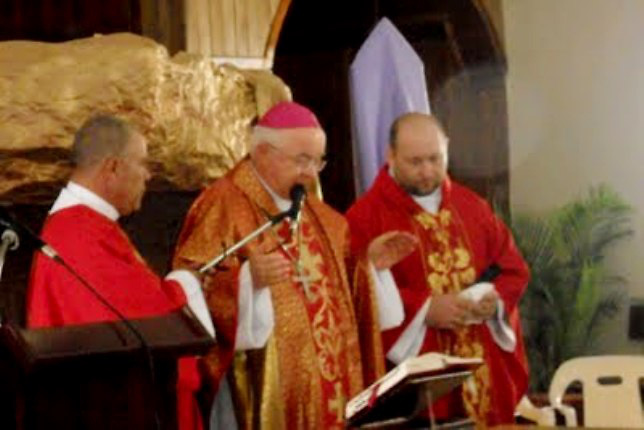 Wesolowski oficia misa con Wojciech en Juncalito.