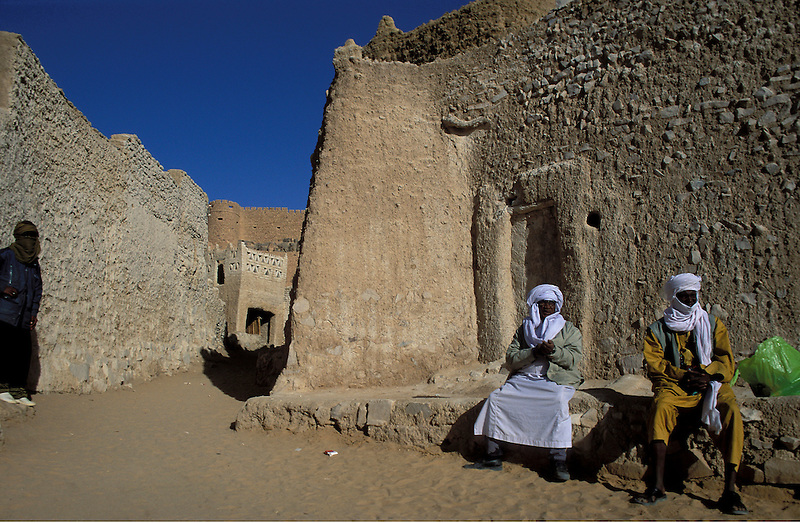 Tuareg in ihrem Dorf, Akakus, Libyen, Afrika * Tuareg in their village, Akakus, Libya, Africa (Michael Runkel)