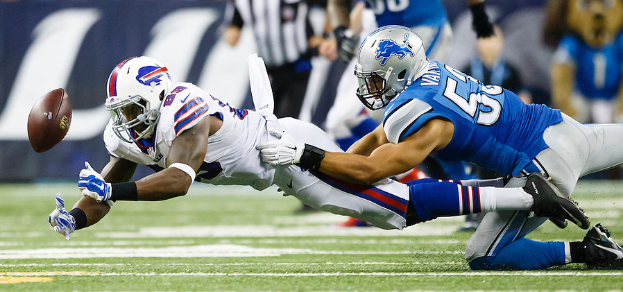 Buffalo Bills tight end Chris Gragg (89) can't hold onto the ball as Detroit Lions outside linebacker Kyle Van Noy (53) defends in the second half of an preseason NFL football game at Ford Field in Detroit, Thursday, Sept. 3, 2015. (AP Photo/Rick Osentoski) (Rick Osentoski/AP)