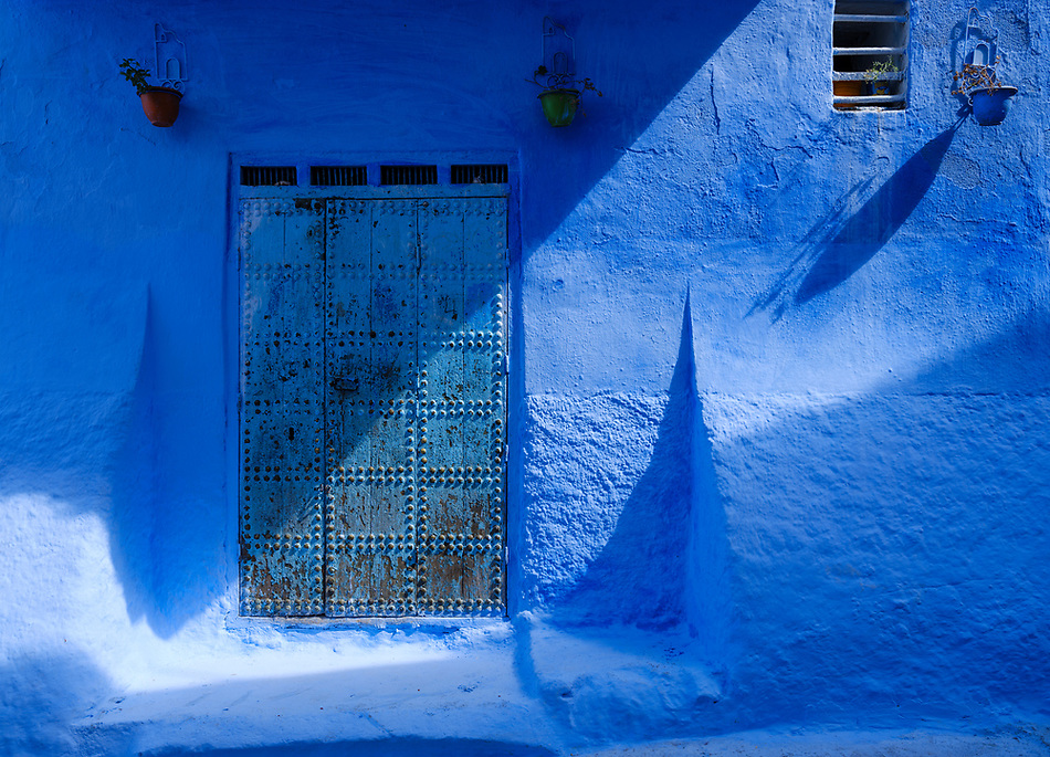CHEFCHAOUEN, MOROCCO - CIRCA APRIL 2017: Typical door of the streets of Chefchaouen (Daniel Korzeniewski)