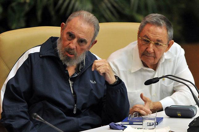 Fidel y su hermano Raúl.