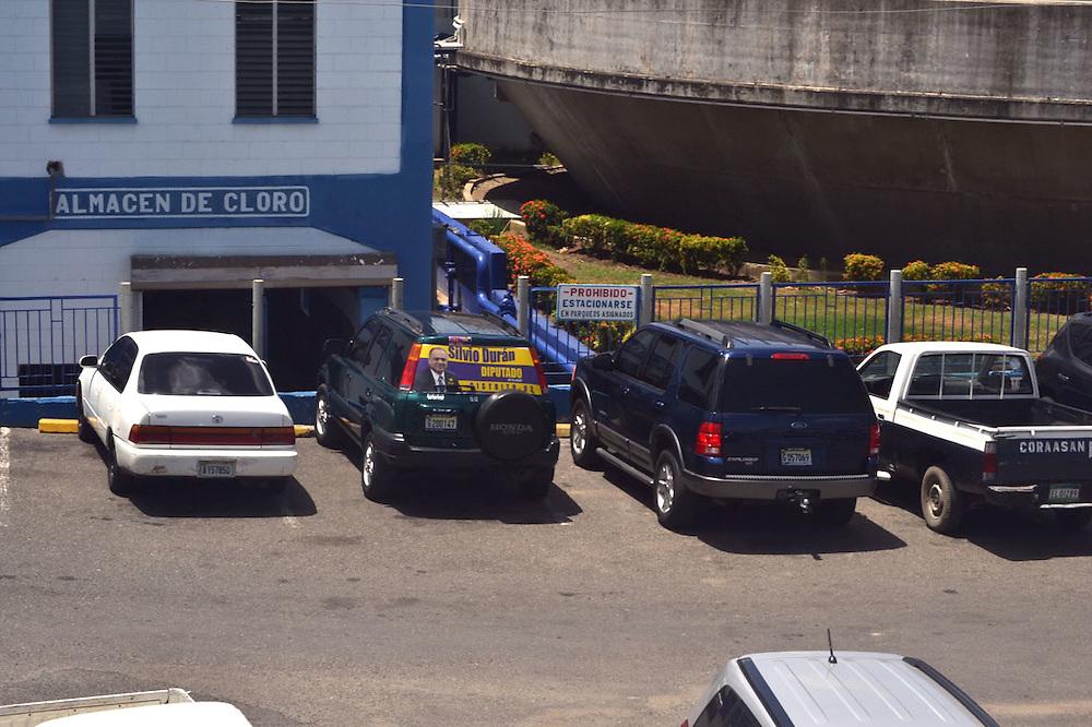 Propaganda personal de Durán en vehículos estacionados en CORAASAN