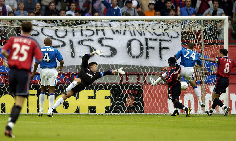 10TH JULY 2004, CSKA MOSCOW V RANGERS, CHAMPIONS LEAGUE QUALIFIER 1st LEG, LOKOMOTIV STADIUM, MOSCOW, VAGNER LOVE SCORES FOR CSKA AS THE CSKA FANS TAUNT RANGERS STEFAN KLOS WITH BANNER, ROB CASEY PHOTOGRAPHY. (ROB CASEY/ROB CASEY PHOTOGRAPHY)