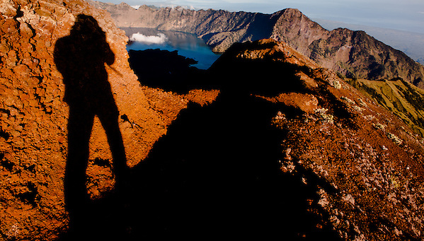 Photographers shadow on the slopes of Mount Rinjani (Lombok, Indonesia) (Carlos Peñalba)
