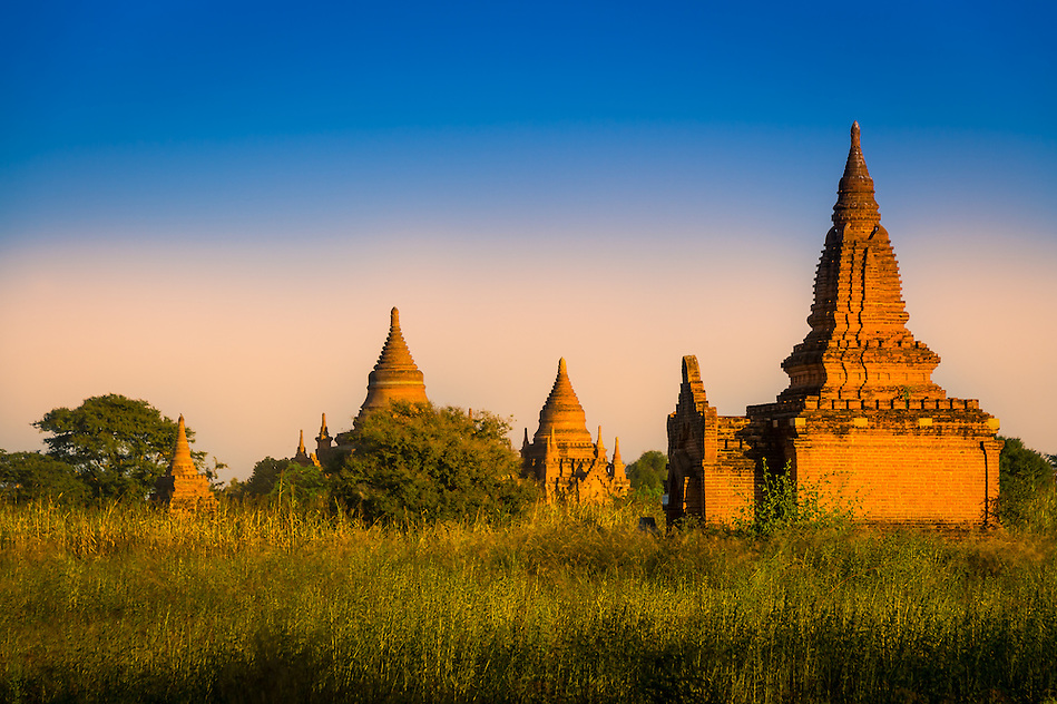 Sunset over the famous temples and pagodas in Bagan in Myanmar (Daniel Korzeniewski)