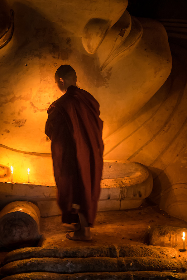 BAGAN, MYANMAR - CIRCA DECEMBER 2013: Younk Monk paying tribute to Buda in the Shwesandaw Pagoda in Bagan (Daniel Korzeniewski)