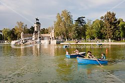 people relaxing on the boating lake in parque del retiro in madrid, spain (Christopher Holt LTD London UK/Image by Christopher Holt - www.christopherholt.com)