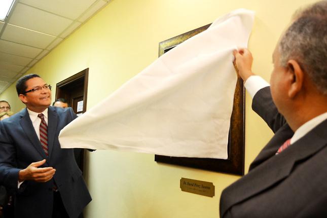 El presidente del Indotel, licenciado Gedeón Santos, devela una fotografía en honor al doctor David Pérez Taveras en la Galería de Ex Presidentes del Indotel.