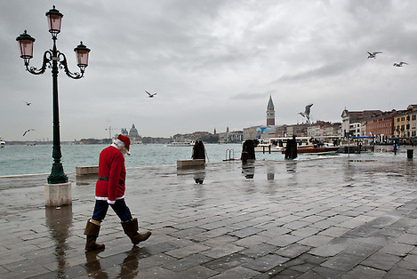 Venice Father Christmas in Venice...***Agreed Fee's Apply To All Image Use***.Marco Secchi /Xianpix.tel +44 (0)207 1939846.tel +39 02 400 47313. e-mail sales@xianpix.com.www.marcosecchi.com (Marco Secchi)