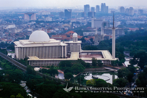 Indonesia, Java, Jakarta. View from MONAS, a lift runs to te top of the monument. Istiqlal mosque was constructed under Sukarno, and said to be the largest mosque in South-East Asia. (Photo Bjorn Grotting)