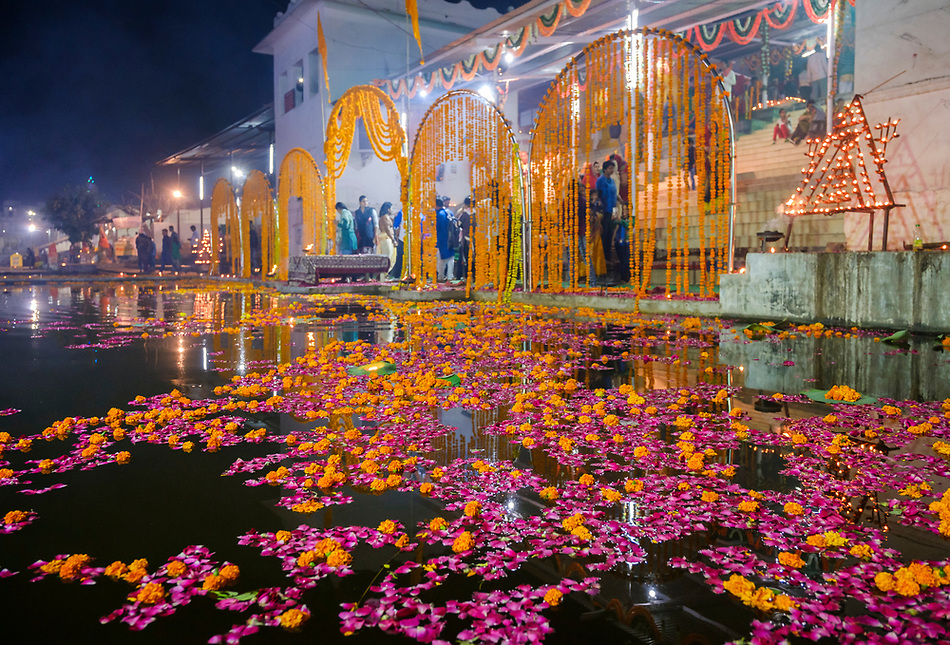 PUSHKAR, INDIA - CIRCA NOVEMBER 2016: Hindu celebrations around Pushkar Lake during the Pushkar Camel Fair (Daniel Korzeniewski)