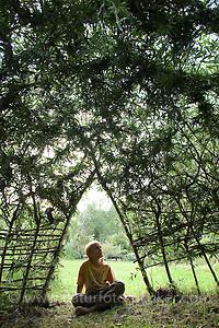 Hütte, Tipi aus Weidenzweigen, Weidenstecklingen im Garten, Zweige von Weide wurden in die Erde gesteckt und sind angewachsen und wurden zu einer Hüütte geformt und verflochten, Kind, Junge sitzt am Eingang, Kopfweide, Kopfweiden, Kopf-Weide, Salix spec., (Frank Hecker)