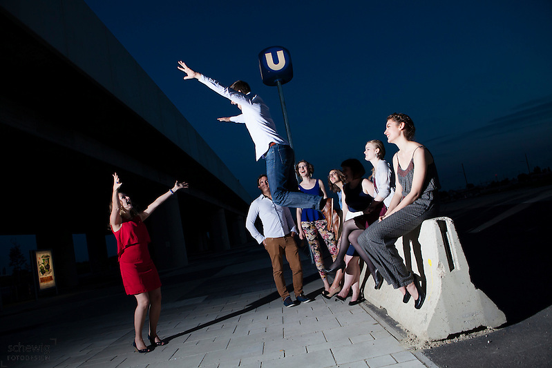 Österreich, Wien, Gruppe junger Leute vor U-Bahnstation, gemeinsam etwas unternehmen, Freizeit genießen, Spaß haben, auf dem Weg zur Party, Sommer, Nacht (Dieter Schewig)