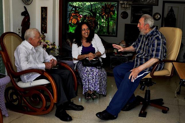 Fidel Castro (d) con el ex presidente estadounidense Jimmy Carter (i).