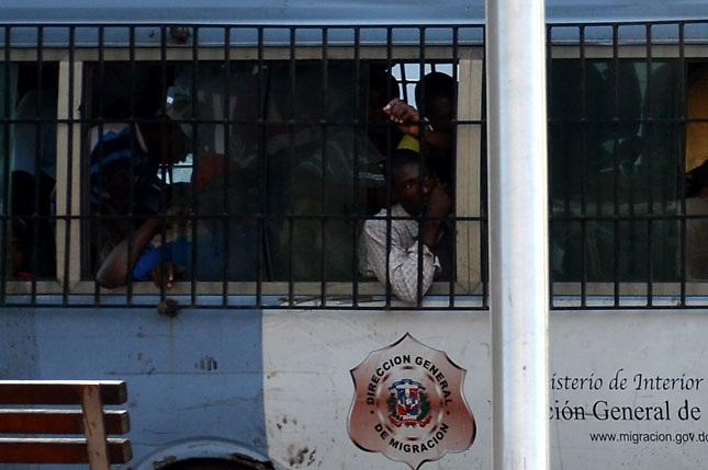 Guagua de Migración dominicana en una redada contra indocumentados.