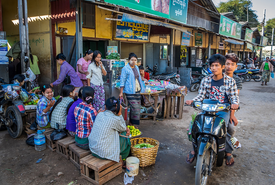 BAGAN, MYANMAR - CIRCA DECEMBER 2013: Street in the Nyaung U market close to Bagan in Myanmar (Daniel Korzeniewski)