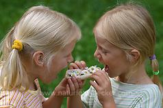 Mädchen mit Blüten vom Gänseblümchen auf einem Brötchen, essbar, Bellis perennis, English Daisy, Pâquerette (Frank Hecker/Frank Hecker Naturfotografie)