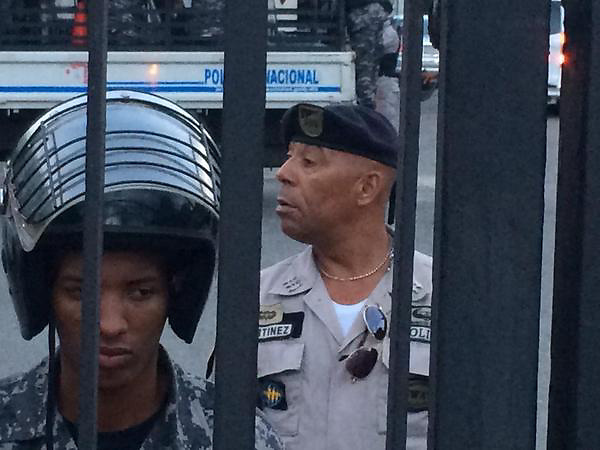 Decenas de agentes policiales fueron enviados a la Plaza de la Cultura.