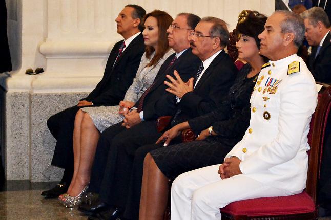 El presidente Danilo Medina junto a otras autoridades gubernamentales.