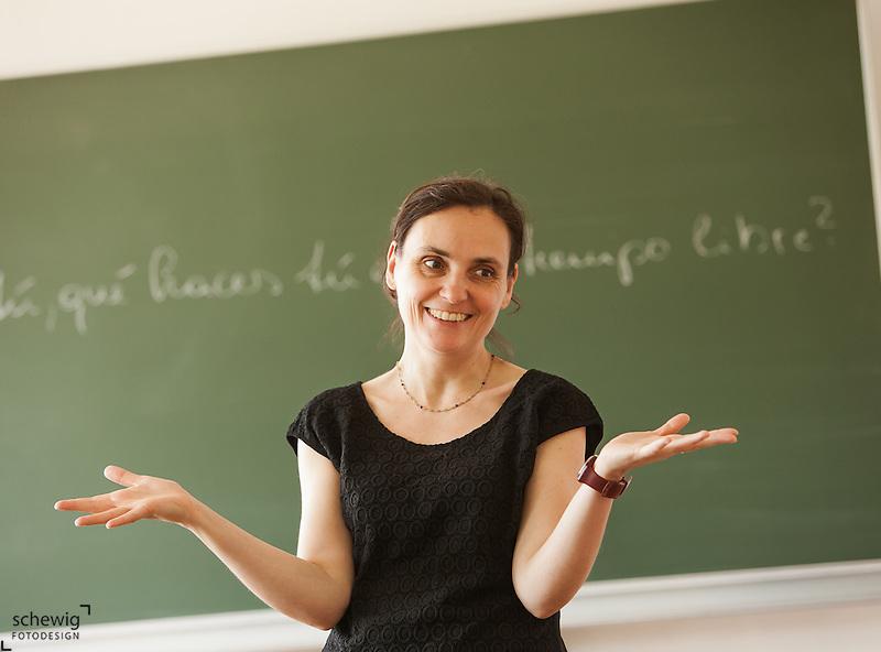 Österreich, Lehrerin vor Tafel, lächelnd (dieter schewig)